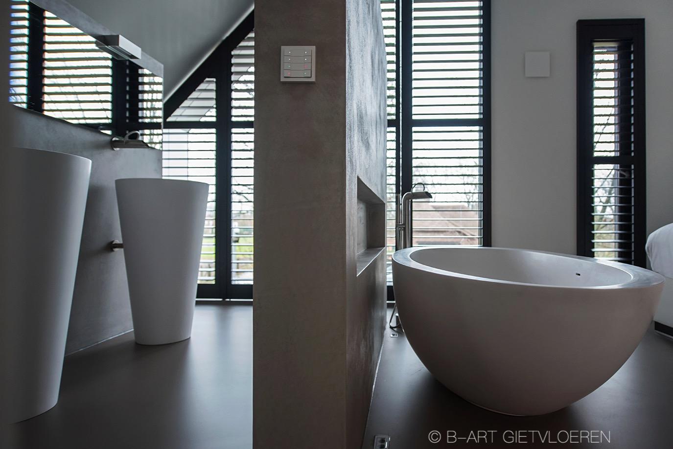 Polyurethaan gietvloer naadloos doorleggen van badkamer naar slaapkamer